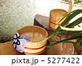 和の癒し・温泉:石の浴槽に桧の湯桶と手桶・横位置斜俯瞰 5277422