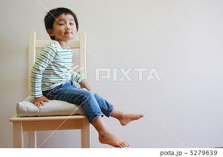 イスに座る子供 5279639