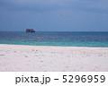 白いビーチと海に浮かぶケロン 5296959