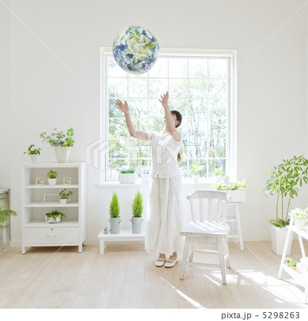 地球儀を投げる女性の写真素材 [5298263] - PIXTA