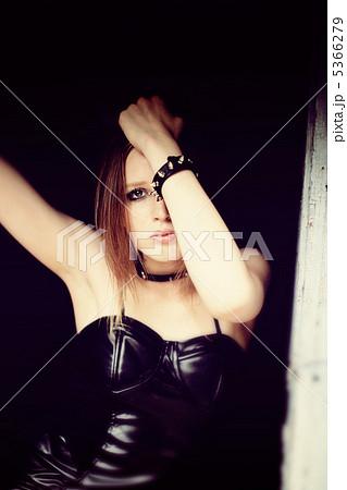 ボンデージを着た若い外国人女性 5366279