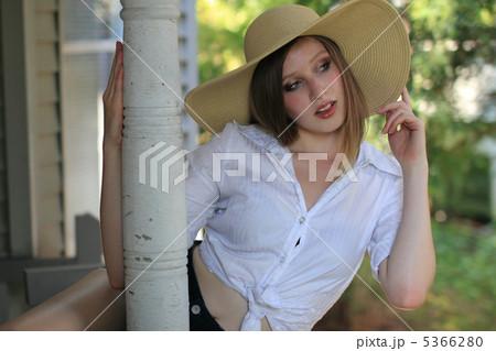 麦わら帽子をかぶった若い外国人女性バルコニー(オリジナル) 5366280