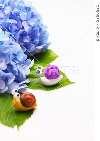二匹の可愛い手作りカタツムリと紫のアジサイ(縦) 5366621