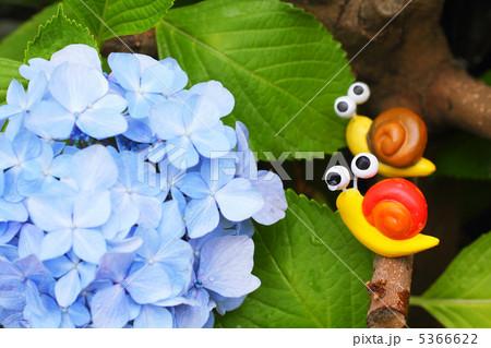 二匹の可愛い手作りカタツムリと紫のアジサイ 5366622