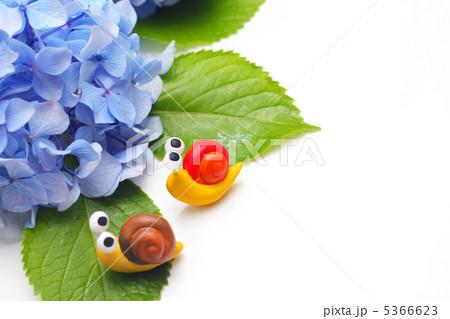 二匹の可愛い手作りカタツムリと紫のアジサイ 5366623