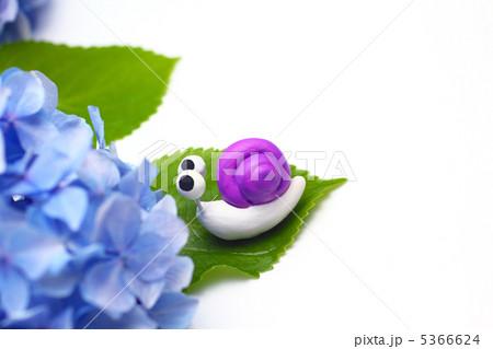 可愛い手作りカタツムリと紫のアジサイ 5366624