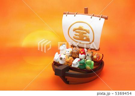 日の出の宝船と可愛い十二支の人形 5369454