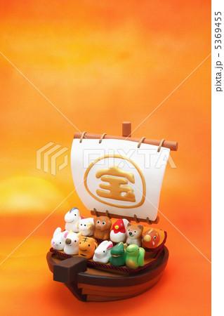 日の出の宝船と可愛い十二支の人形 縦 5369455