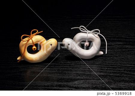 巳年干支 ハート型の金銀カップル 黒バック 絆蛇 5369918