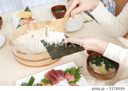 手巻き寿司を作る女性の手元 5376684