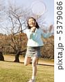 バドミントンをする小学生 5379086