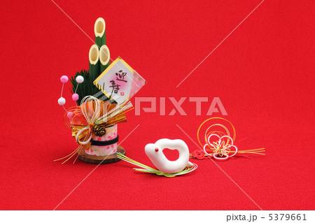 ハートの可愛い白蛇と門松飾り 5379661