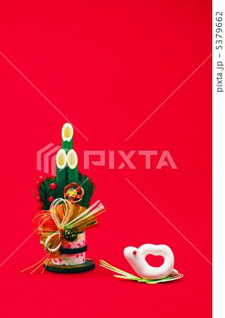 白ヘビの干支人形と松竹梅の門松 縦 5379662