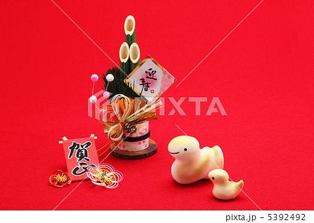可愛いヘビの親子と門松 正月絆素材 5392492