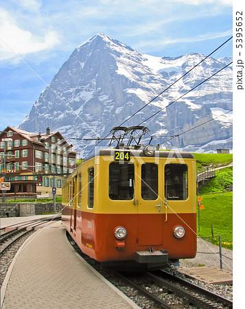 スイス 登山鉄道 クライネシャイデック駅とアイガー北壁 5395652