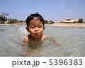 水遊びする子供 5396383