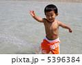 水遊びする子供 5396384