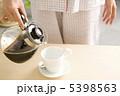 コーヒーを入れる手元 5398563