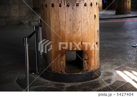 奈良東大寺大仏殿の柱くぐり 5427404