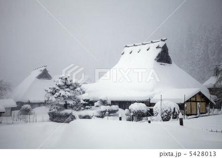 京都美山町の「かやぶきの里」の雪景色 5428013