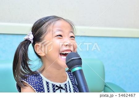 楽しく歌う女の子(カラオケ) 5462467