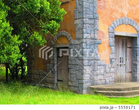 石とレンガと土壁の建物(中世ヨーロッパ風) 5550171