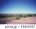 砂漠の中のエアーズロック 5564587