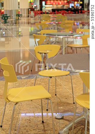 フードコートの椅子とテーブル 5590752