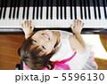 ピアノを弾く女の子 5596130
