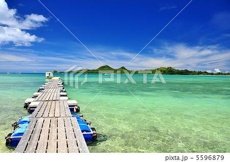 石垣島 底地ビーチの浮き桟橋風景 5596879