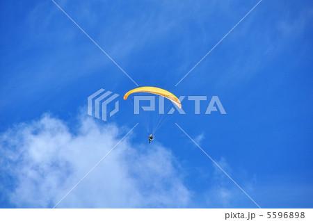 青空とパラグライダー 5596898