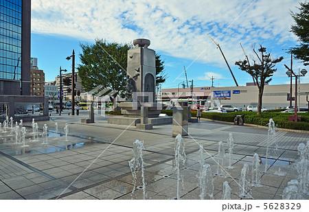 富山散歩・富山駅前広場の噴水と平和の群像 5628329