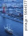 神戸モザイクと観光船 5644577