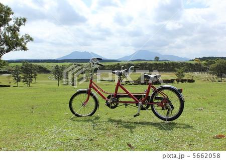 自転車の 自転車 二人乗り : 二人乗り自転車の写真素材 ...