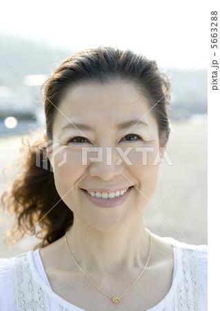 笑顔の50代女性の顔アップ 5663288