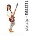ベースを弾く女性 5688231