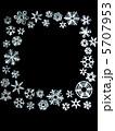 雪の結晶 切り絵 黒背景 5707953