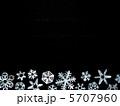 雪の結晶 切り絵 黒背景 5707960