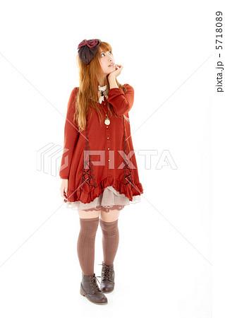 斜め上を見上げる可愛らしいポーズの少女 5718089