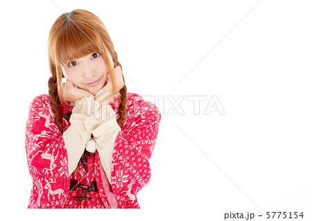 顎の下に手を添えてブリッ子ポーズをする女の子 5775154