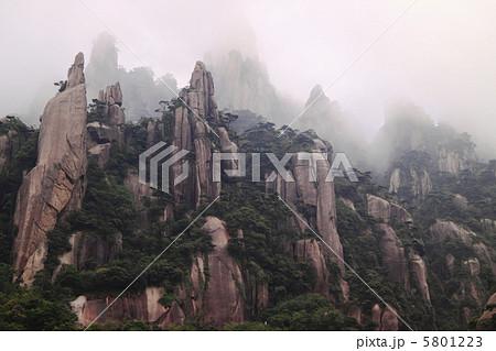 三清山の奇岩群(中国江西省-三清山国立公園、世界遺産登録地) 5801223