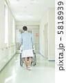 車いすを押す看護婦 5818939