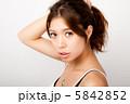 髪を束ねる女性 5842852
