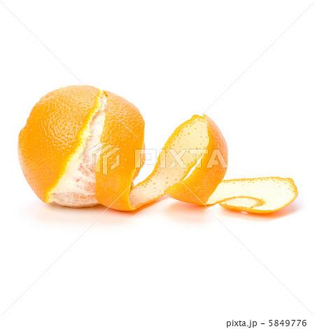 orange with peeled spiral skin isolated on white backgroundの写真素材 [5849776] - PIXTA
