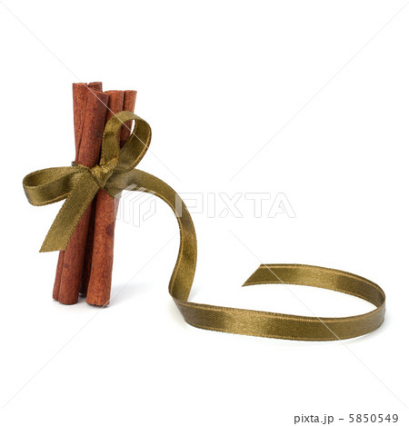 Festive wrapped cinnamon sticksの写真素材 [5850549] - PIXTA