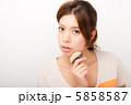 メイクをする女性 5858587