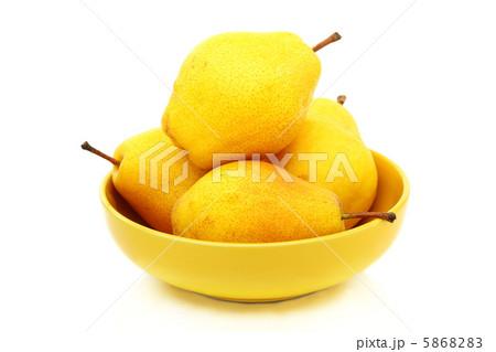 黄色のボウルに四つ熟した梨。の写真素材 [5868283] - PIXTA