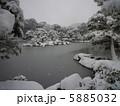 雪の積もった池 5885032