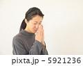 祈る女性  5921236