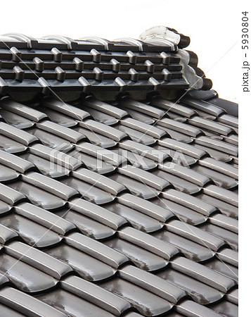 雨の瓦屋根 5930804